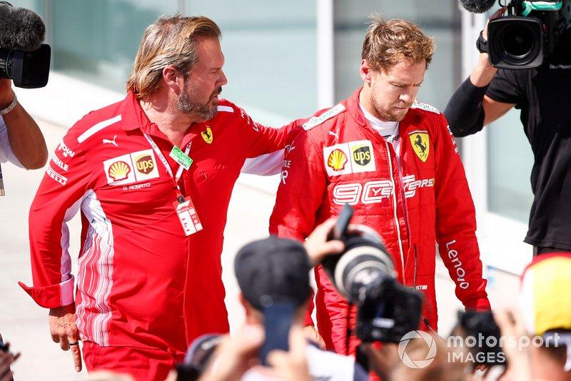 Sebastian Vettel, Ferrari, 2º clasificado, vuelve para la ceremonia del podio
