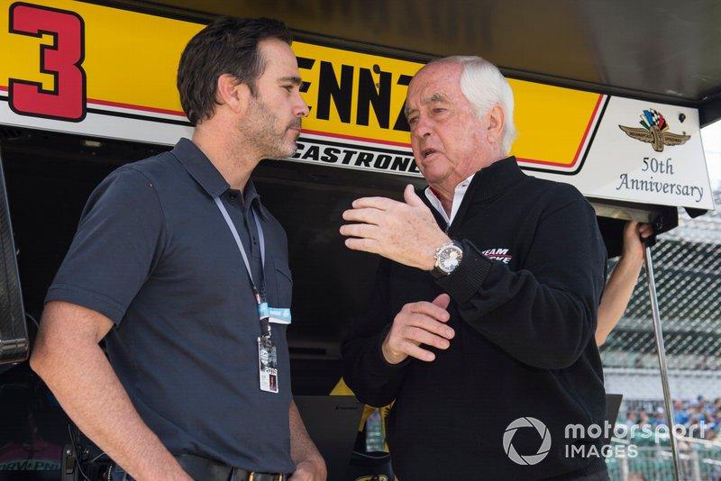 NASCAR il pilota Jimmie Johnson parla con Roger Penske, Team Penske Chevrolet
