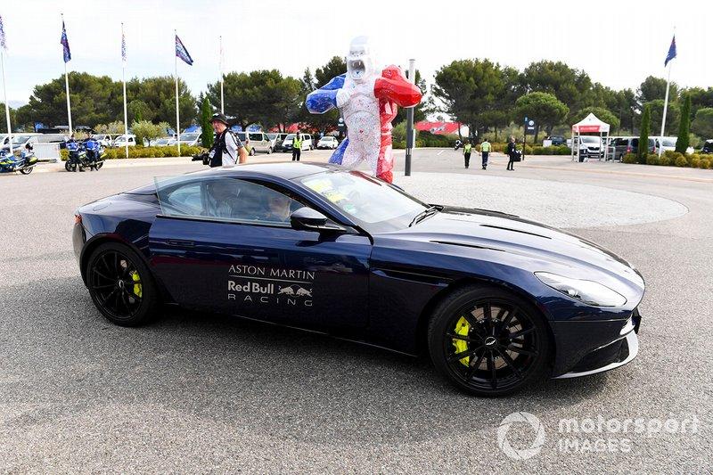 Max Verstappen, Red Bull Racing llega en un Aston Martin