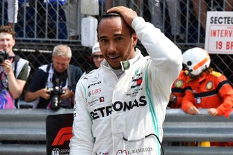 Lewis Hamilton, Mercedes AMG F1, celebra la pole después de la sesión clasificatoria