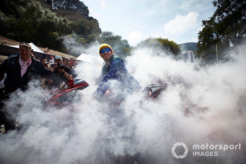 Lewis Hamilton, Mercedes AMG F1 llega en moto al paddock