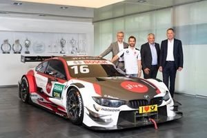 Timo Glock, BMW M4 DTM con el director de BMW Motorsport, Jens Marquardt, Thomas Failer, CEO de Data Migration Services AG, Tobias Eberle, Data Migration Services AG