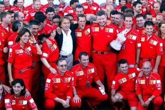 Yarış galibi Michael Schumacher, Ferrari beşinci şampiyonluğunu kutluyor