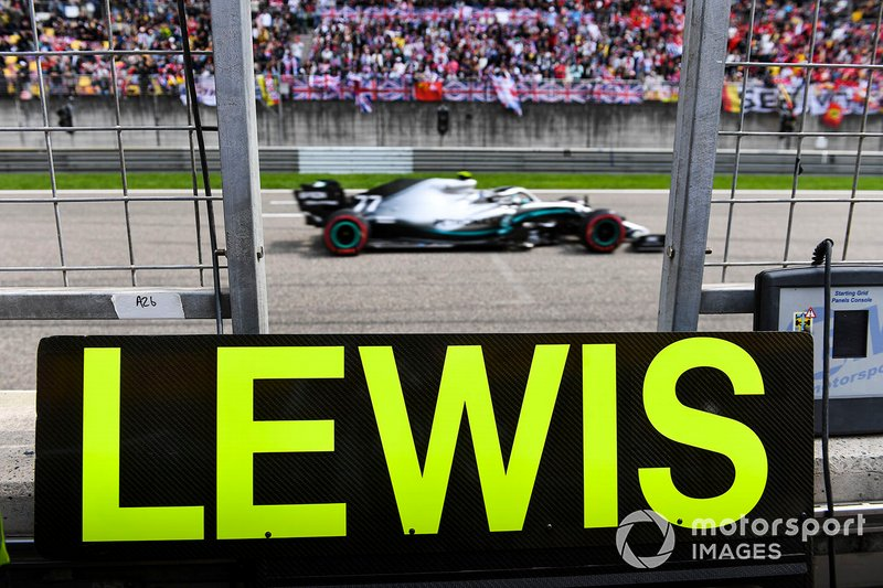 Valtteri Bottas, Mercedes AMG W10 drives past Lewis Hamilton, Mercedes AMG F1 pit board