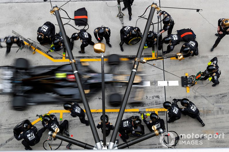 Kevin Magnussen, Haas F1 Team VF-19, makes a pit stop