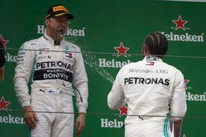 Valtteri Bottas, Mercedes AMG F1, deuxième, avec Lewis Hamilton, Mercedes AMG F1, vainqueur
