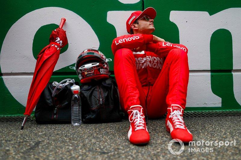 """No início do ano, um dos ex-pilotos da Ferrari, Rubens Barrichello já fazia o alerta: """"Estar na Ferrari traz uma enorme pressão e ele terá a pressão de correr contra um multicampeão, então ele terá um ano bastante desafiador."""""""