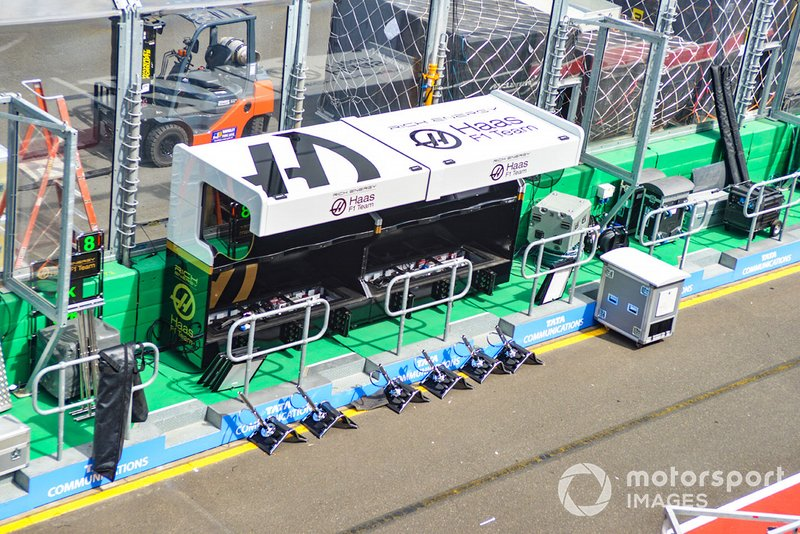 Haas F1 Team pitmuur