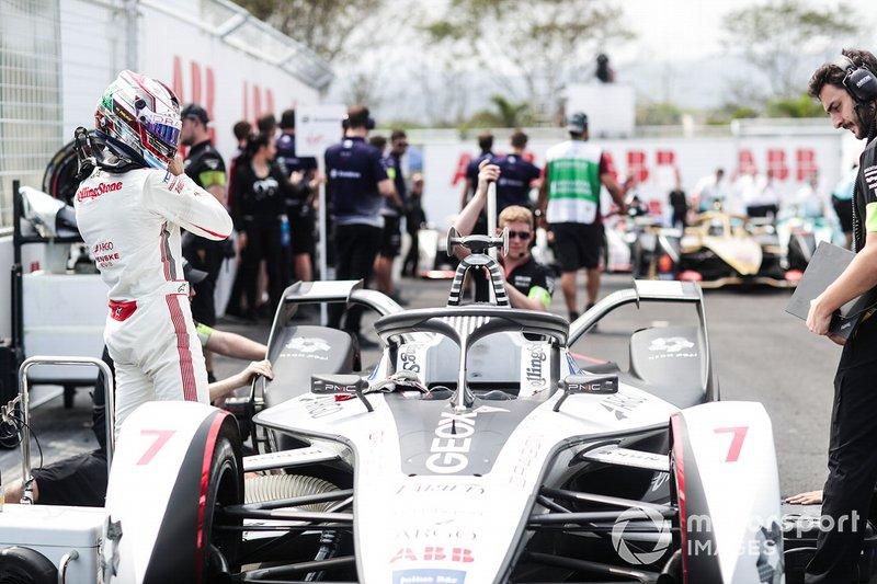 Jose Maria Lopez, in griglia di partenza accanto alla sua GEOX Dragon Racing Penske EV-3