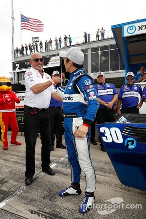 Ganador de la pole Takuma Sato, Rahal Letterman Lanigan Racing Honda con el dueño del equipo