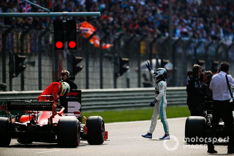 Valtteri Bottas, Mercedes AMG F1, celebrates pole as Sebastian Vettel, Ferrari SF90, arrives on the grid