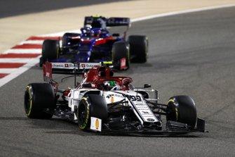 Antonio Giovinazzi, Alfa Romeo Racing C38, leads Alexander Albon, Toro Rosso STR14