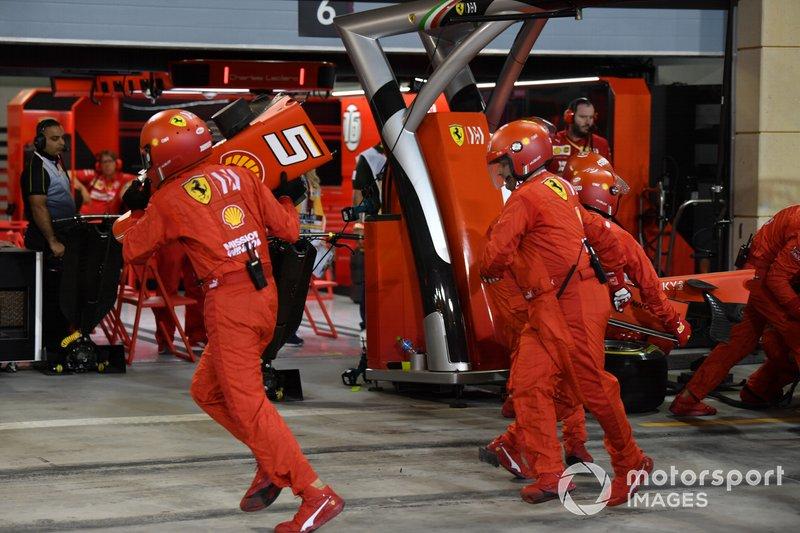 Sebastian Vettel, Ferrari SF90, hace una parada en boxes para sustituir su alerón delantero