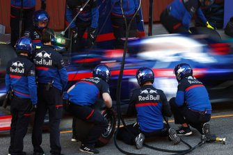 Daniil Kvyat, Scuderia Toro Rosso STR14, s'arrête au stand