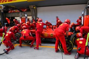 L'équipe Ferrari s'entraîne aux arrêts au stand