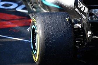 Les pneus usés sur la voiture de Valtteri Bottas, Mercedes AMG W10
