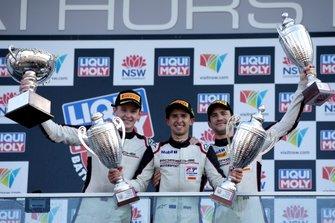 Podio: ganador #912 EBM Porsche 911 GT3-R: Dirk Werner, Dennis Olsen, Matt Campbell.