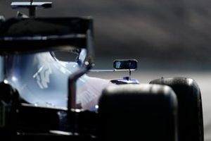Alex Albon, Scuderia Toro Rosso STR14 mirror reflection