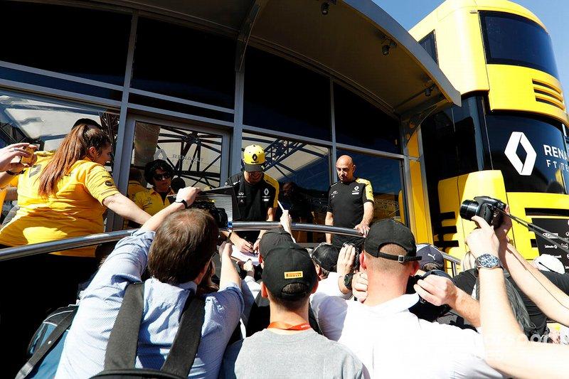 Daniel Ricciardo, Renault F1 Team, firma autografi ai tifosi