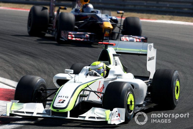 Jenson Button, Brawn Grand Prix BGP 001 lidera a Sebastian Vettel, Red Bull Racing RB5