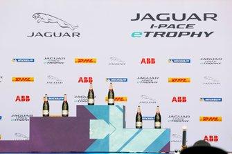 Lo champagne sul podio in attesa dei vincitori