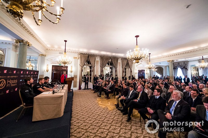 Romain Grosjean, Haas F1 Team, Kevin Magnussen, Haas F1 Team Guenther Steiner, Director del equipo, Haas F1, William Storey, CEO Rich Energy y la presentadora Nicki Shields en conferencia de prensa