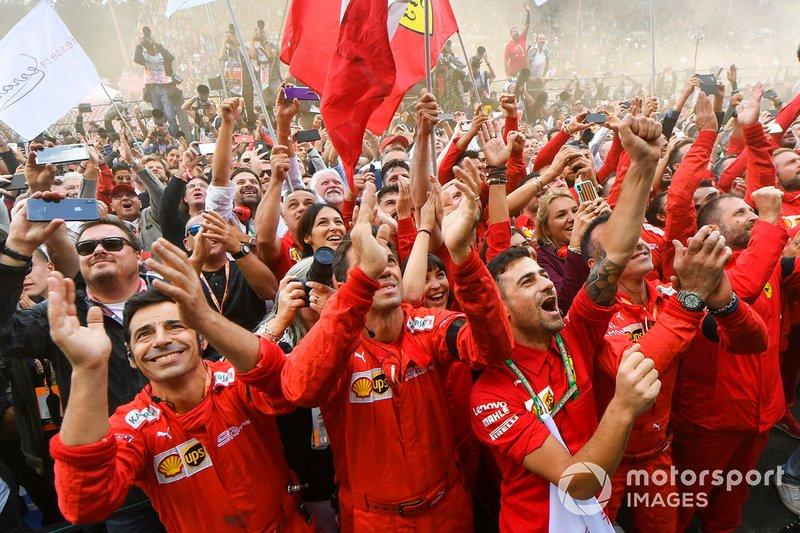 Staff da Ferrari celebra vitória de Leclerc