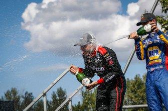 Will Power, Team Penske Chevrolet, Alexander Rossi, Andretti Autosport Honda festeggiano sul podio