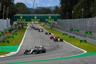 Valtteri Bottas, Mercedes AMG W10, leads Nico Hulkenberg, Renault F1 Team R.S. 19, Sebastian Vettel, Ferrari SF90, and Daniel Ricciardo, Renault F1 Team R.S.19