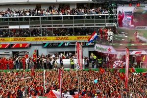 Valtteri Bottas, Mercedes AMG F1, 2e plaats, Charles Leclerc, Ferrari, 1e plaats, en Lewis Hamilton, Mercedes AMG F1, 3e plaats, op het podium