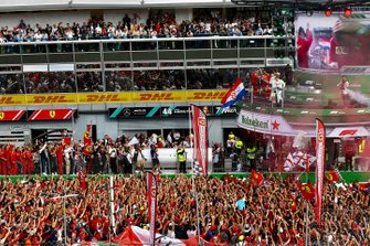 Valtteri Bottas, Mercedes AMG F1, secondo classificato, Charles Leclerc, Ferrari, primo classificato, e Lewis Hamilton, Mercedes AMG F1, terzo classificato, sul podio