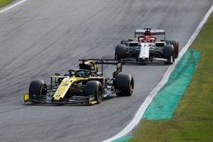 Daniel Ricciardo, Renault F1 Team R.S.19, leads Kimi Raikkonen, Alfa Romeo Racing C38