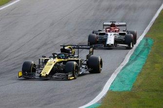 Daniel Ricciardo, Renault F1 Team R.S.19, devant Kimi Raikkonen, Alfa Romeo Racing C38