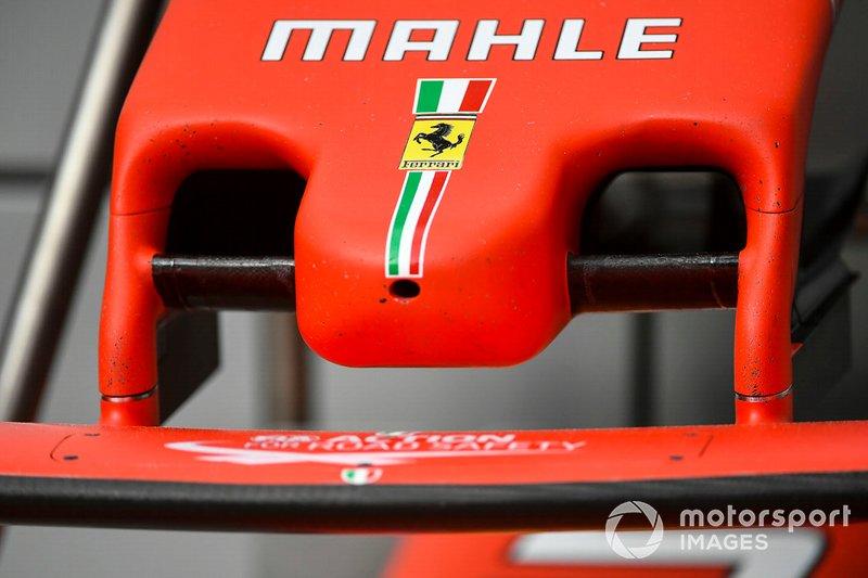 Logo della Ferrari sul musetto dell'auto