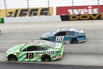 Kyle Busch, Joe Gibbs Racing, Toyota Camry Interstate Batteries, Landon Cassill, StarCom Racing, Chevrolet Camaro Clean Origin