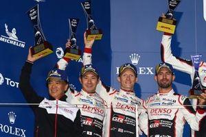 Подиум: победители Майк Конвей, Камуи Кобаяши и Хосе Мария Лопес, Toyota Gazoo Racing