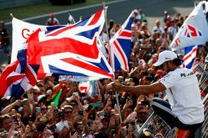 Lewis Hamilton, Mercedes AMG F1, viert zijn overwinning met de fans