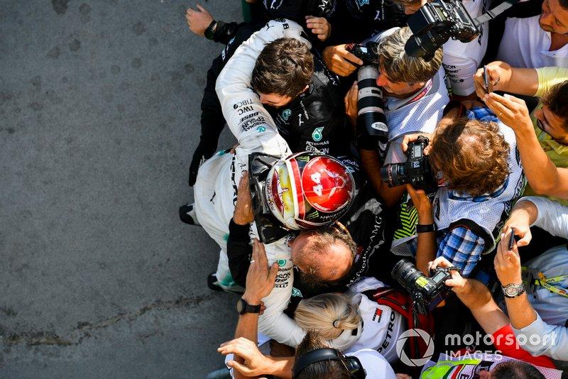 Il primo classificato Lewis Hamilton, Mercedes AMG F1, festeggia con il suo team al Parc Ferme