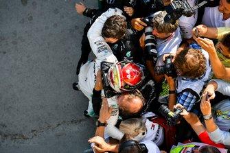 Lewis Hamilton, Mercedes AMG F1 W10, viert zijn zege met zijn team in parc fermé