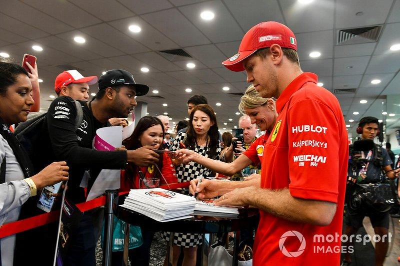 Sebastian Vettel, Ferrari firma un autografo ad un fan