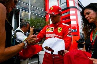 Charles Leclerc, Ferrari, firma autografi ai fan