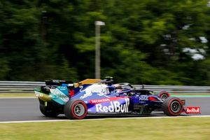 Daniil Kvyat, Toro Rosso STR14, passeert Kevin Magnussen, Haas F1 Team VF-19