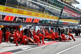 Sebastian Vettel, Ferrari SF90 et Charles Leclerc, Ferrari SF90 sont poussés dans le garage