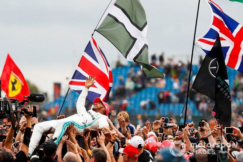 Il vincitore della gara Lewis Hamilton, Mercedes AMG F1, festeggia facendo crowd surfing
