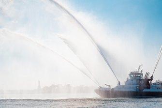 Una nave del corpo dei vigili del fuoco sulle acque della Upper Bay