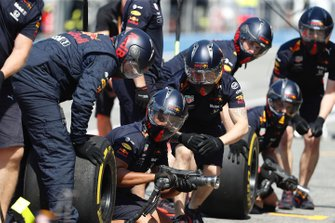 The Red Bull pit crew during practice