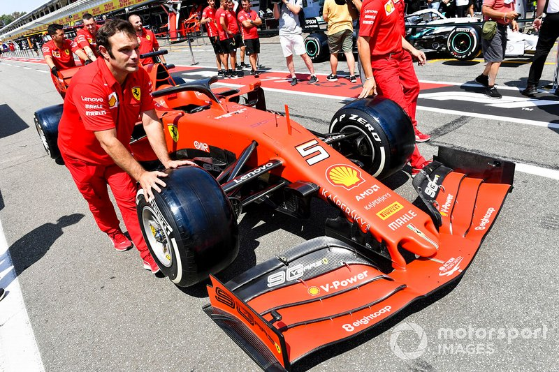 La monoposto di Sebastian Vettel, Ferrari, viene spinta dai meccanici Ferrari