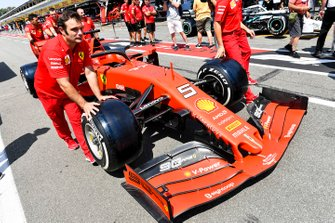 Wagen van Sebastian Vettel, Ferrari wordt geduwd door monteurs
