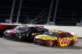 Joey Logano, Team Penske, Ford Mustang Shell Pennzoil Erik Jones, Joe Gibbs Racing, Toyota Camry Sport Clips Throwback