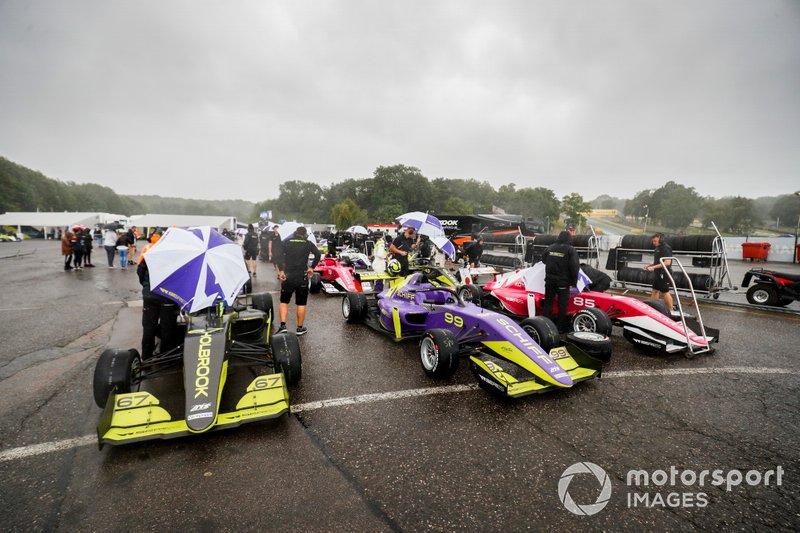 Coches y las pilotos bajo la lluvia antes de la FP1